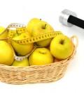 Äpfel mit Hantel als Symbol für einen gesunden Lebensstil Apple and dumbbell as symbol for healthy living